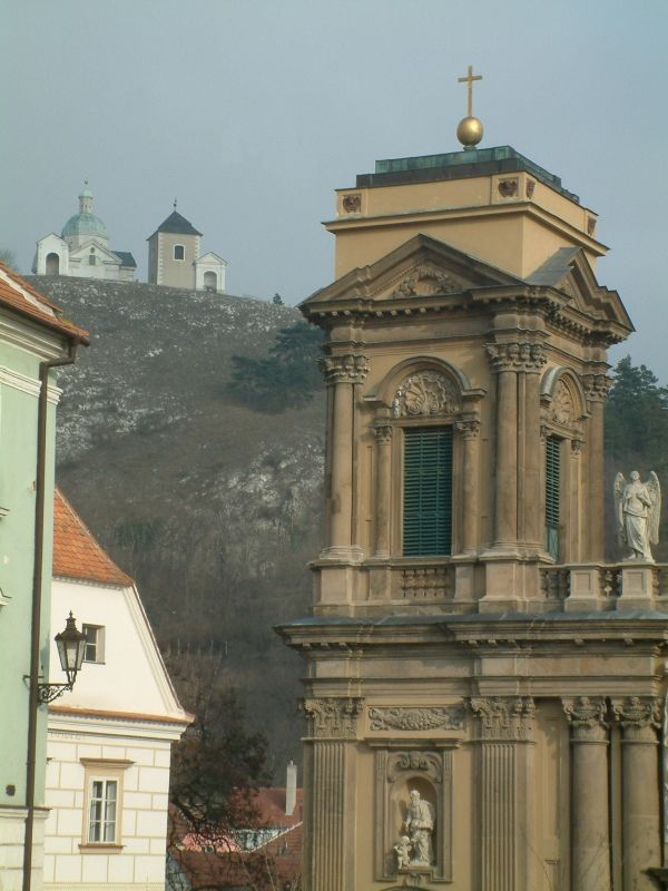 Mikulov - Ditrichštejnská hrobka a v pozadí Svatý kopeček