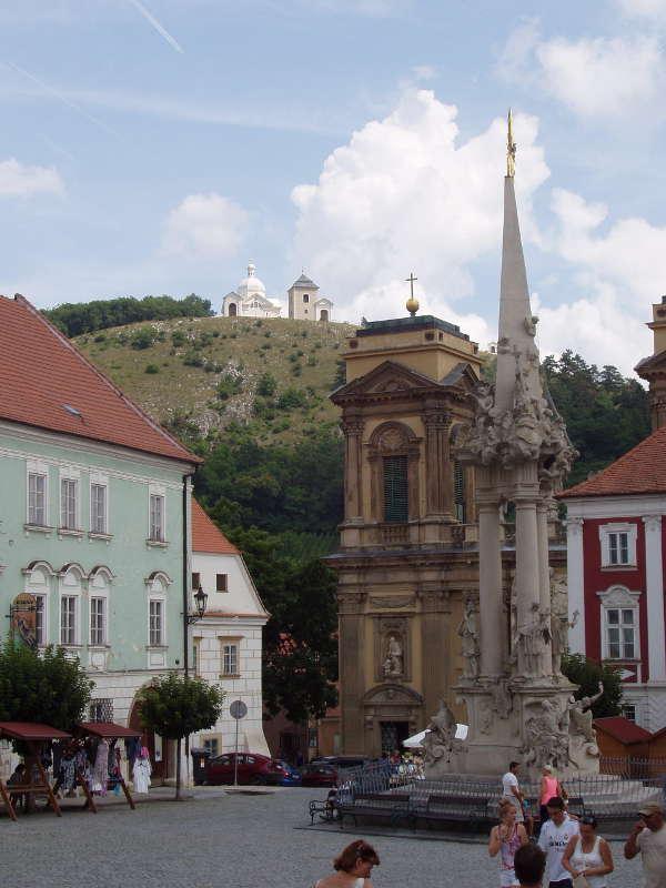 Mikulov - náměstí a v pozadí Svatý kopeček